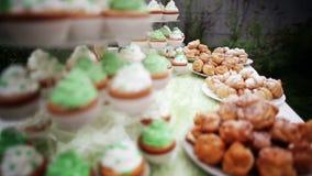 Lotes de bolos diferentes em bandejas decorativas filme