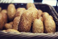 Lotes de bolos do pão em uma cesta imagens de stock royalty free