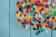 Lotes de botões coloridos na madeira azul Fotos de Stock