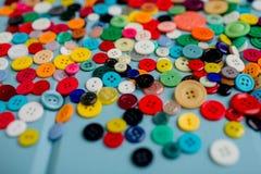 Lotes de botões coloridos na madeira azul Imagem de Stock