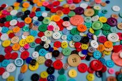 Lotes de botões coloridos na madeira azul Fotografia de Stock Royalty Free
