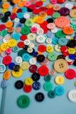 Lotes de botões coloridos na madeira azul Fotografia de Stock
