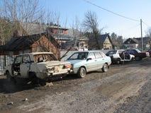 lotes de carros quebrados velhos no ar livre imagens de stock