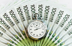 Lotes de cem euro- contas e relógios Fotos de Stock Royalty Free