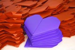 Lotes de corações de papel roxos alaranjados e azuis para o dia de Valentim Imagem de Stock Royalty Free