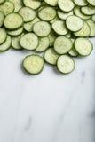 Lotes de fatias saudáveis do pepino do corte no fundo branco Foto de Stock Royalty Free