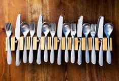 Lotes de forquilhas e de colher das facas em suportes da cutelaria foto de stock royalty free