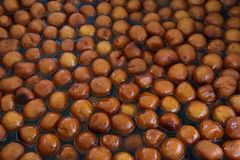 Lotes de Gulab Jamun um prato doce indiano imagens de stock