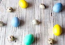 Lotes de ovos da páscoa coloridos em um fundo de madeira fotografia de stock