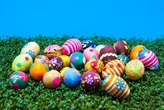 Lotes de ovos de easter no agrião Fotografia de Stock