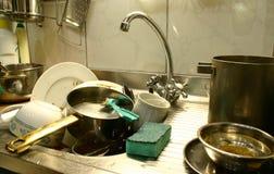 Lotes de pratos sujos imagem de stock royalty free