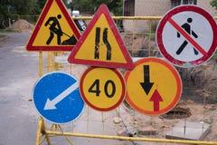 Lotes de sinais de tráfego contradizendo e coloridos Fotos de Stock Royalty Free