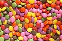 Lotes de smarties coloridos. imagem de stock