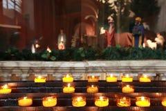 Lotes de velas amarelas na exposição do Natal Fotografia de Stock Royalty Free