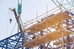 Lotes do canteiro de obras da torre com guindastes e da construção com bl Fotografia de Stock Royalty Free