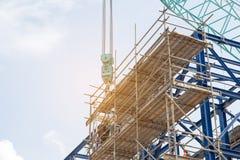 Lotes do canteiro de obras da torre com guindastes e da construção com bl Fotografia de Stock