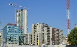 Lotes do canteiro de obras da torre com guindastes e da construção com fundo do céu azul fotos de stock