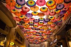 Lotes do guarda-chuva que colorem o céu na alameda de Dubai fotografia de stock