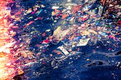 Lotes do lixo no mar na exposição imagem de stock royalty free