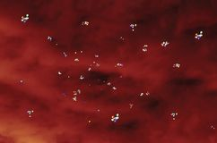 Lotes dos balões no fundo de perturbar o céu preto-vermelho foto de stock royalty free
