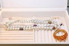Lotes dos braceletes e da joia feitos das pérolas e dos diamantes no imagem de stock