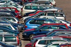 Lotes dos carros que estacionam na cidade fotos de stock