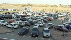 Lotes dos carros que estacionam na cidade vídeos de arquivo