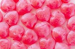 Lotes dos doces vermelhos coração-dados forma arranjados como o fundo Fotos de Stock