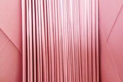Lotes dos envelopes cor-de-rosa empilhados ordenadamente Imagens de Stock Royalty Free