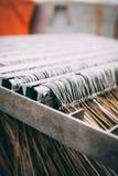 Lotes dos ganchos de pesca colocados em ordem na fábrica ou no porto dos peixes Fotografia de Stock