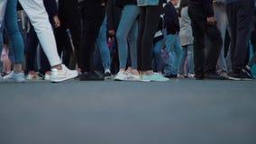 Lotes dos pés dos povos que andam no evento da cidade vídeos de arquivo
