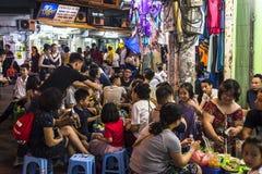 Lotes dos povos em restaurantes exteriores, Hanoi, Vietname fotos de stock