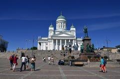 Lotes dos povos que visitam a catedral de Helsínquia Imagem de Stock Royalty Free