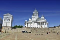 Lotes dos povos que visitam a catedral de Helsínquia Foto de Stock Royalty Free
