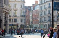 Lotes dos povos, turistas, clientes dos londrinos que cruzam a rua regente Conceito povoado da cidade Londres, Reino Unido fotografia de stock royalty free