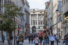 Lotes dos povos, turistas, clientes dos londrinos que cruzam a rua regente Conceito povoado da cidade Londres, Reino Unido foto de stock royalty free