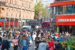 Lotes dos povos, turistas, clientes dos londrinos que cruzam a rua regente Conceito povoado da cidade Londres, Reino Unido imagens de stock