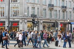 Lotes dos povos, turistas, clientes dos londrinos que cruzam a rua regente Conceito povoado da cidade Londres, Reino Unido imagens de stock royalty free