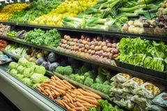 Lotes dos vegetais no corredor do produto em um supermercado imagem de stock royalty free