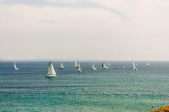 Lotes dos veleiros que navegam no oceano perto da costa de Lagos imagens de stock royalty free