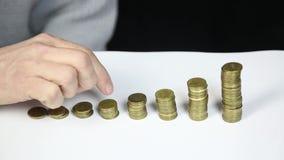 Lotes hasta que finalice el crecimiento de la carrera de la aprobación, concepto Fingeres en monedas almacen de metraje de vídeo