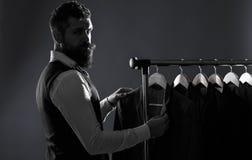 Lothing людей, ходя по магазинам в бутиках Портной, портняжничая Костюм человека, портной в его мастерской Висеть костюмов элеган стоковое изображение rf