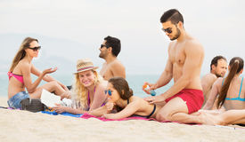 Lotion de application de touristes de bronzage en mer Photos libres de droits