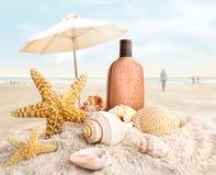 Lotion et seashells de bronzage sur la plage image stock