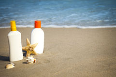 Lotion Flacons de bronzage sur la plage Photographie stock libre de droits