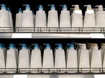 Lotions-Flaschen auf Ladenregal Lizenzfreie Stockbilder
