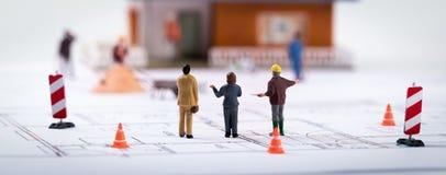 Lotissement immobilier - directeur de construction avec des clients à photos stock