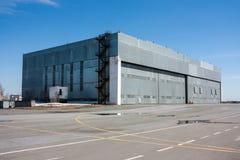 Lotnictwo hangar przy lotniskiem Fotografia Stock