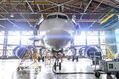 Lotnictwo hangar z pasa?erskiego samolotu strumieniem dla utrzymania Jaskrawi światła zaświeca, świecenie obraz stock