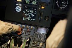 Lotnicy sprawdza parowozowych systemy na lota pokładzie zdjęcia royalty free